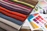 Zbytky barevných tkáně s paletou zblízka