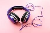Moderní sluchátka na růžové