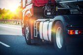 Návěs kamionu na dálnici