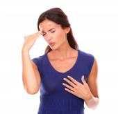 Hispánský žena s rukou na hlavu a zavřené oči