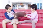 Dvě děti bojují notebook