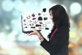 Veselá žena s ecommerce produkty