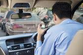 Rozzuřený řidič v dopravní zácpě