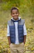 Roztomilý venkovní portrét smějící se Američan Afričana mladého chlapce