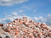 Betonové a cihlové trosek derbis na staveništi