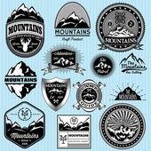 Insieme di modelli di vettore per emblemi con diverse montagne