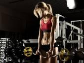 Fitness dívka v tělocvičně