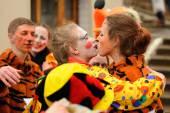 Orel, Oroszország - március 13, 2016: Maslenitsa, palacsinta fesztivál. Bohóc és a tigris lányok megfelel, csók