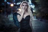 Gefallener Engel mit schwarzen Flügeln