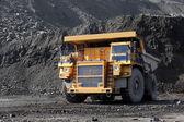 Těžba uhlí. kamion přepravující uhlí