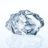 Cubo di ghiaccio isolato su bianco