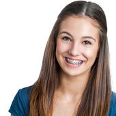 S úsměvem Teen holka ukazuje rovnátka