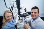 Optik zkoumání pacientka na štěrbinovou lampu