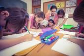 Učitel a žáci společně u stolu