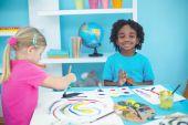 Šťastné děti těší umění a řemesla malířství