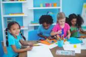 Šťastné děti společně dělat umění a řemesla