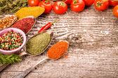 Banda cherry rajčata, bylinky, malé misce a antický kovu m