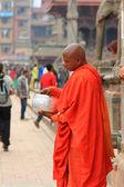 Várakozás-re adományozott pénzt a Durbar Square, Nepál buddhista szerzetes