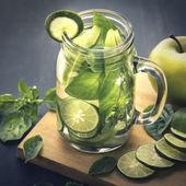 čerstvé ovoce Flavored naplněny vodou smíchá Apple, vápna a bazalkou