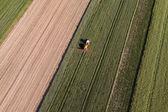 Letecký pohled na traktoru na poli sklizeň