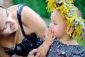 Bambina con la madre a fare un picnic