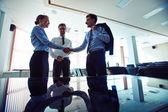 Partnerek kézfogás megállapodás aláírását követően