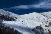 Gyönyörű hegyi csúcs és egy alpesi ház