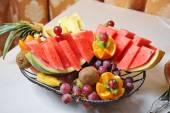 Vyřezávané ovoce uspořádání. Čerstvý různé plody. Sortiment exotického ovoce. Čerstvé plody dekorace
