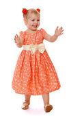 Kislány játszik bújócskát