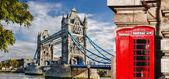 Tower Bridge, a piros telefonfülkék, London, Anglia, Egyesült Királyság