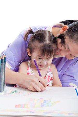 母亲带着孩子的女孩画和油漆一起