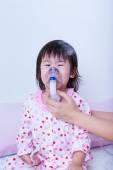 Orvos, segít a kis lány nem belégzés