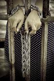 Foto Stock fotografie: Rezavé řetězy, pouta závazná ruce pěknou mladou ženu je vázána na železo a zatčen