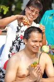 žena vlasy člověka se vysvěcení nového mnicha