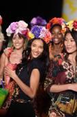 Modely chůze dráha finále na desigual během mercedes-benz fashion week jaro 2015