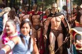 Muži oblečení jako Spartan válečníků chodit v Dragon Con Parade