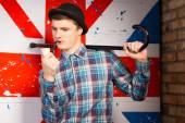 Junger Mann mit Pfeife und Cane posiert