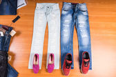 Jeho a její modré džíny s botami