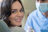 Fiatal nő fogorvos szoba