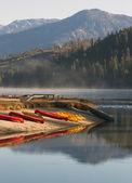 Pronájem kajaky veslici pádlo čluny nedotčené horské jezero