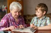Babička a vnuk pohledu fotoalbum