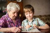 Starší žena s vnukem pohledu album