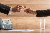 Podnikatelka předání domu klíč