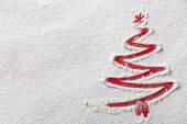Albero di Natale sullo sfondo di farina. farina bianca sembra neve. vista dallalto