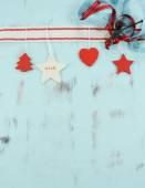 Moderní vánoční červené a bílé ozdoby na aqua modrá vinobraní dřevěné pozadí