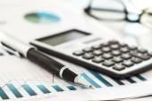 Kalkulačka, pero a obchodní graf