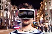 Virtuális valóság szemüveg viselése ember