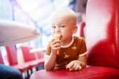 Élvezik a fagylalt kisfiú