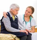 Foto di una donna anziana con il giovane medico