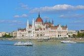 Budova parlamentu maďarské a dvě vyhlídkové lodě v Budapešti